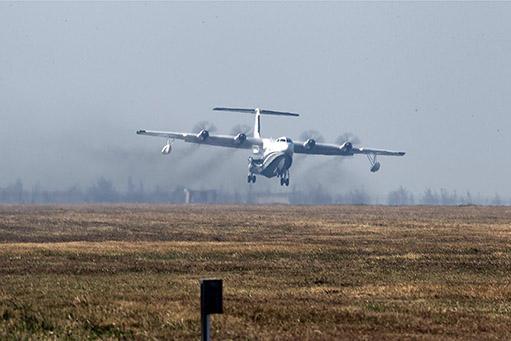 我国首款大型灭火/水上救援水陆两栖飞机ag600首飞
